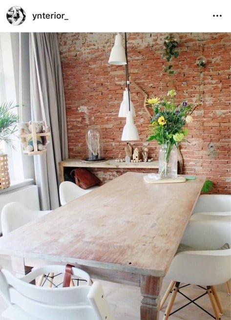 bakstenen muur eettafel