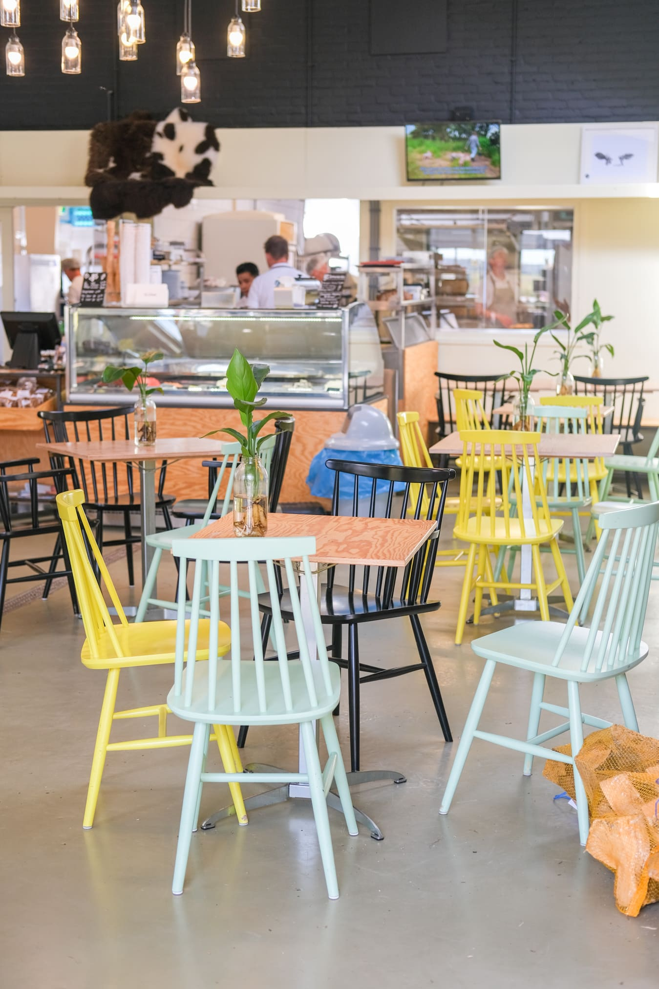 gekleurde stoelen restaurant