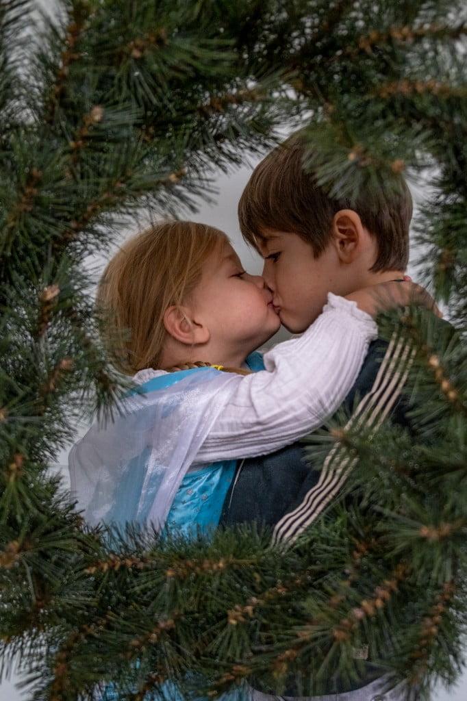 broer en zus kerstkrans foto