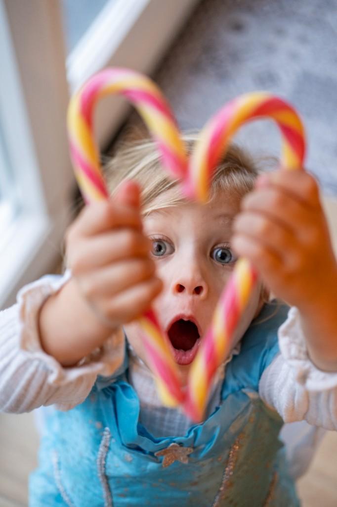 kerstfoto's met kinderen maken candy cane meisje