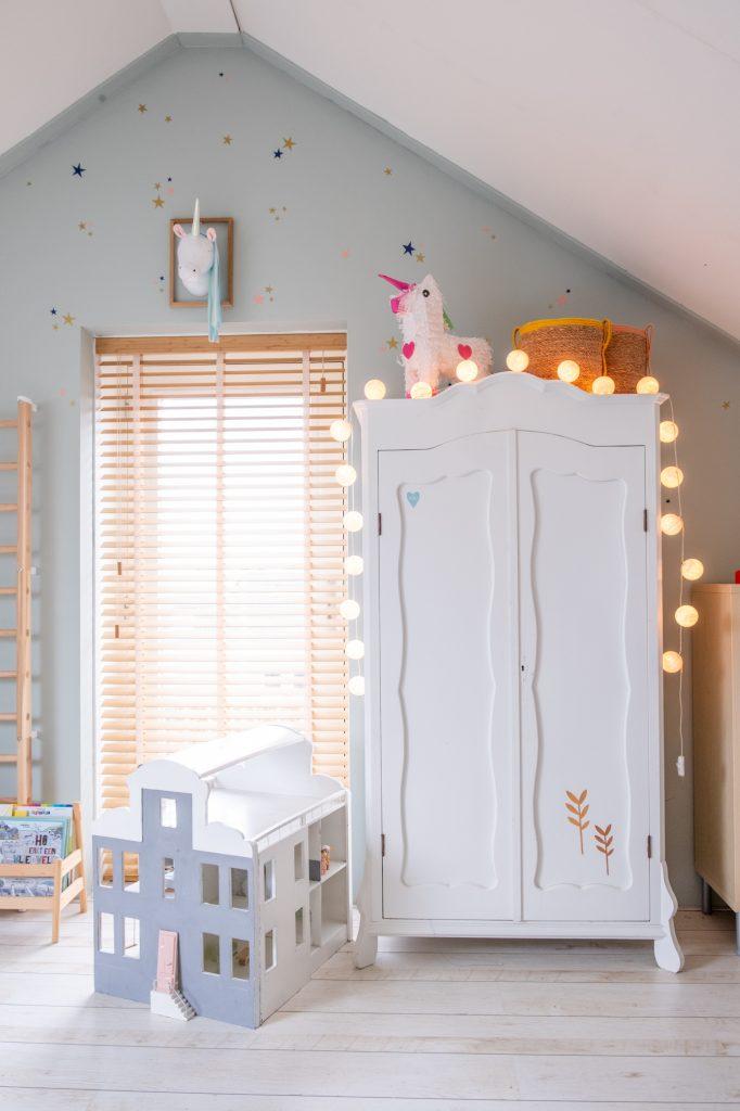kledingkast met cotton balls lichtsnoer ruimtekamer