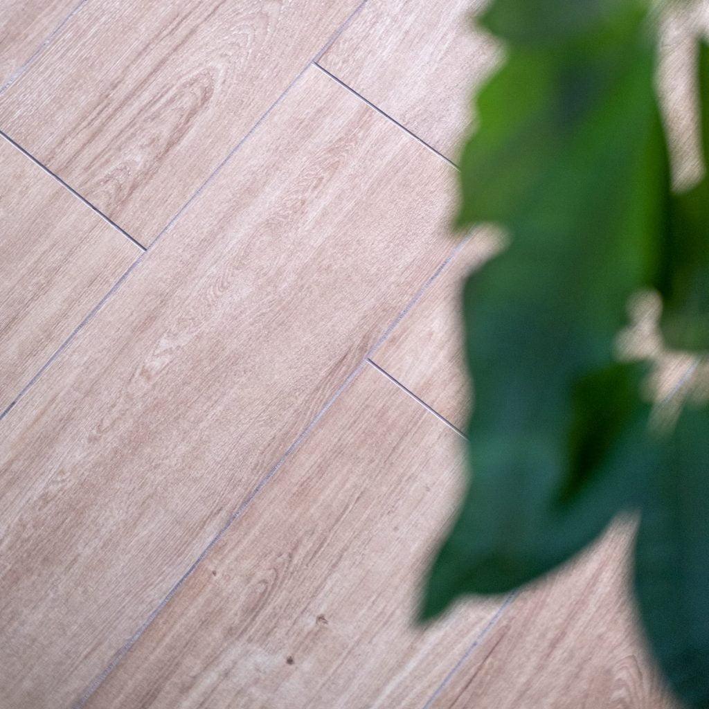 tegelvloer met houtlook kiezen
