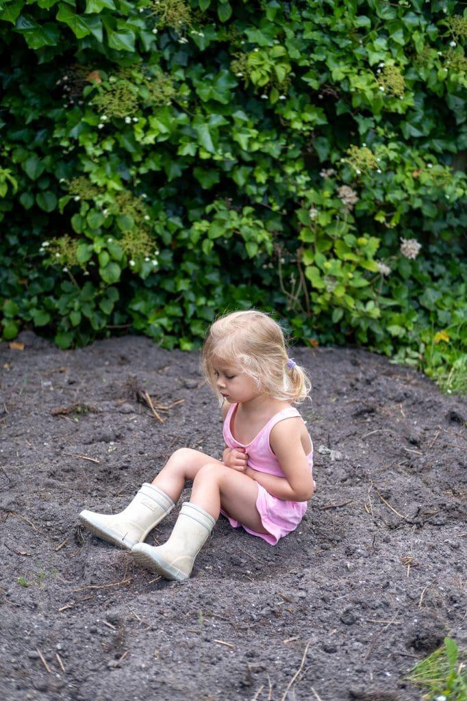 kind spelen in de modder