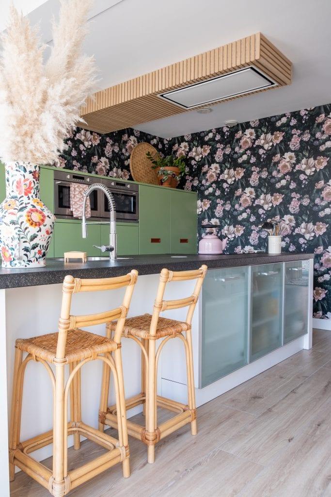 kookeiland in kleurrijke keuken
