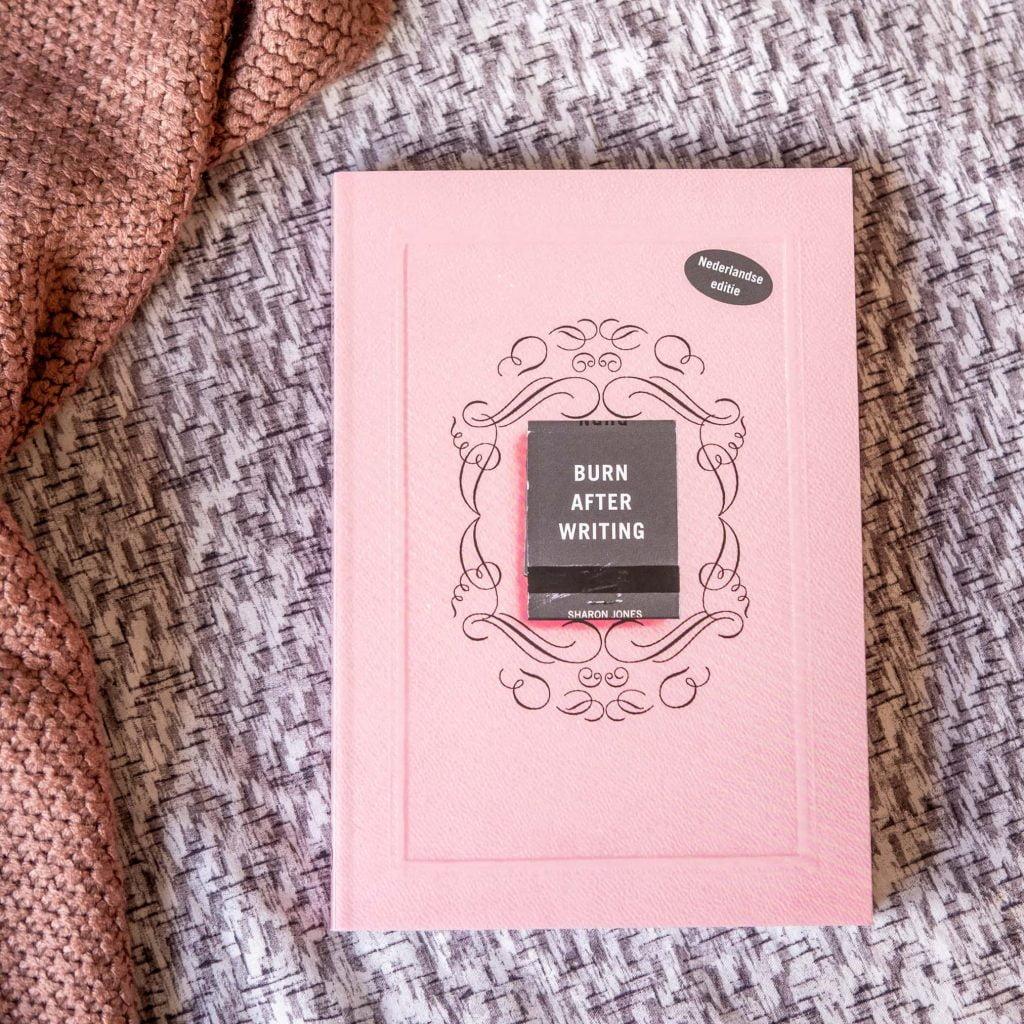 review burn after writing roze nederlandse editie