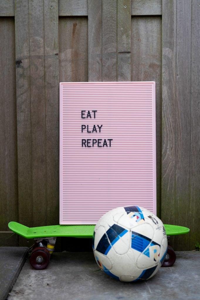 letterbord quote buiten spelen