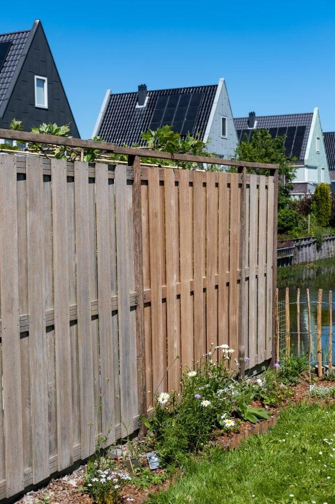 oude en nieuwe tuinafscheiding hout
