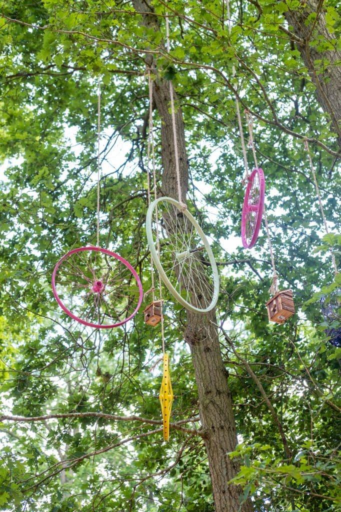 festivalversiering in de bomen