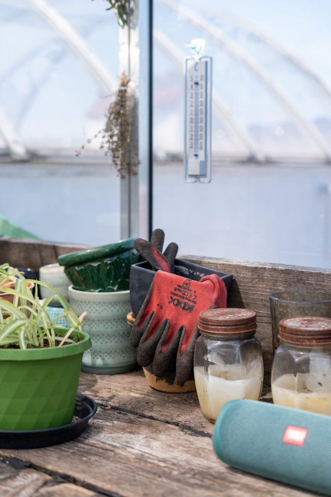 tuinbenodigdheden op de werkbank