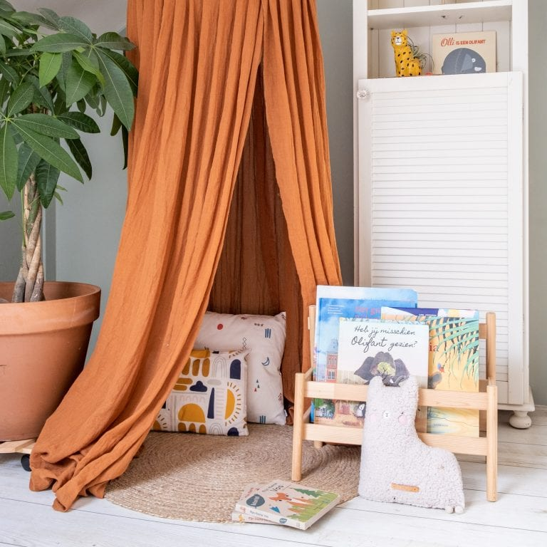 een leeshoekje en kinderboeken opbergen in de slaapkamer