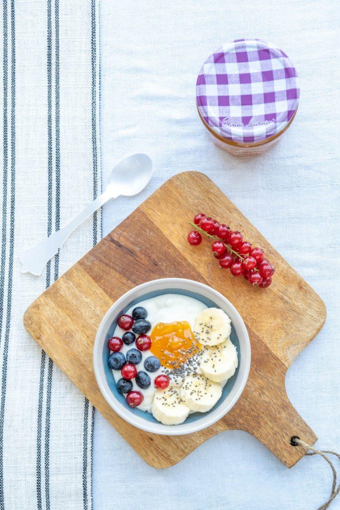 yoghurt met fruit en fruitspread